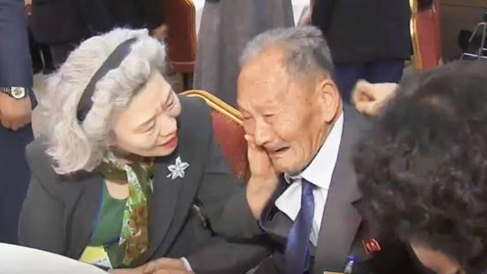 En gråtande man som återförenas med sin familj