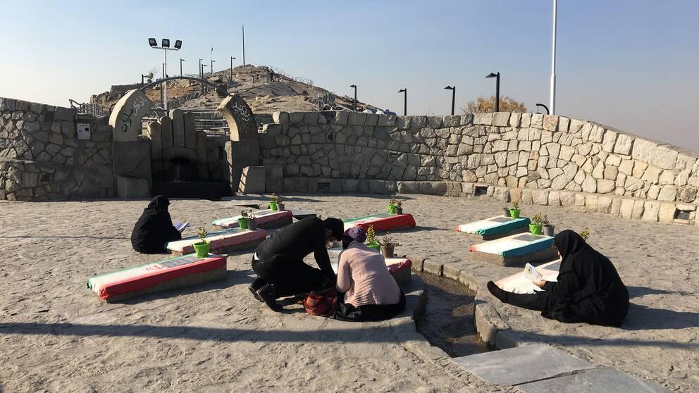 Män och kvinnor i Mashhad sörjer martyrer från Iran-Irakkriget.