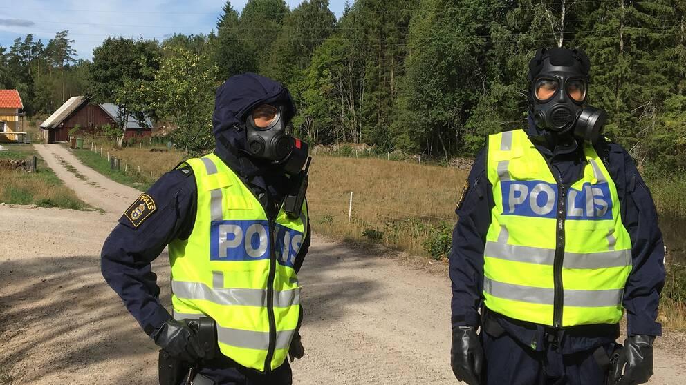 Två poliser i gasmask