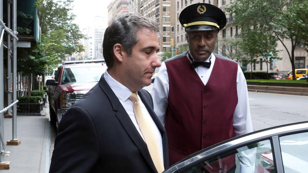 Trumps före detta advokat Michael Cohen lämnar sitt hem under tisdagen.