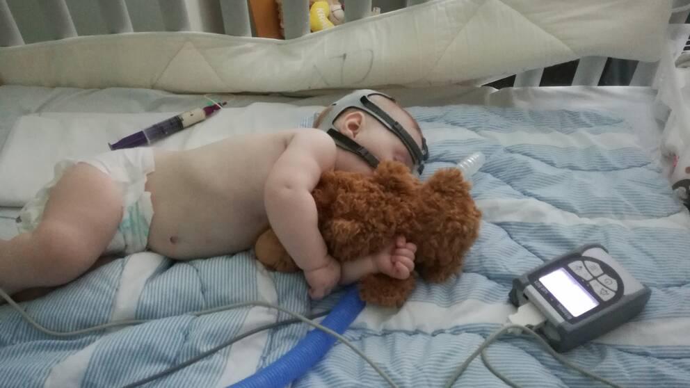 Selma Rohdin har nio månader efter att hon föddes ännu inte kunnat lämna sjukhuset. Hon saknar förmågan att svälja och kan inte äta via munnen. Risken att när som helst kvävas av sin saliv innebär att Selma måste sekundövervakas dygnet runt.
