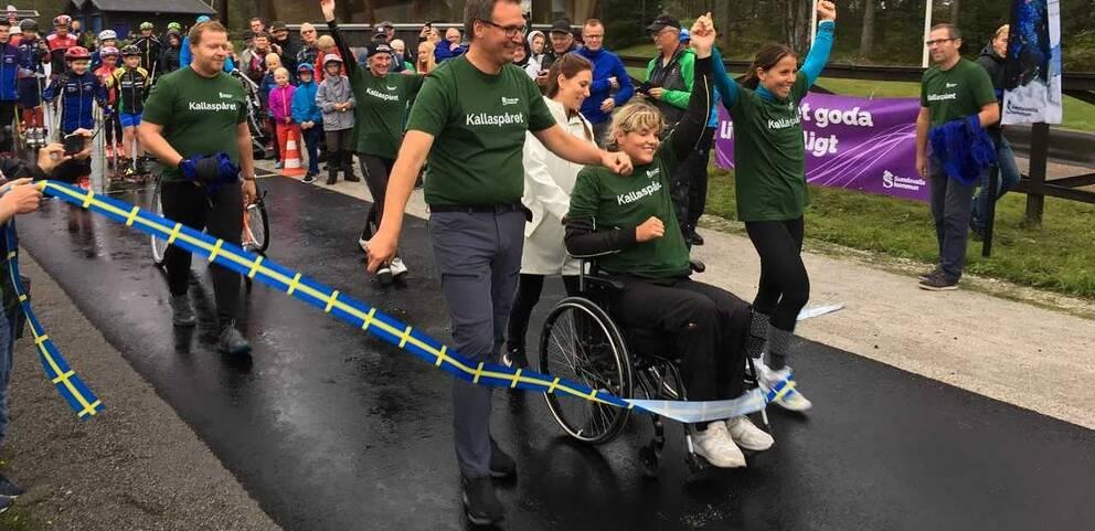 Charlotte Kalla och Anna Holmlund bröt gemensamt invigningsbandet till den nya rullskidbanan i Sundsvall.