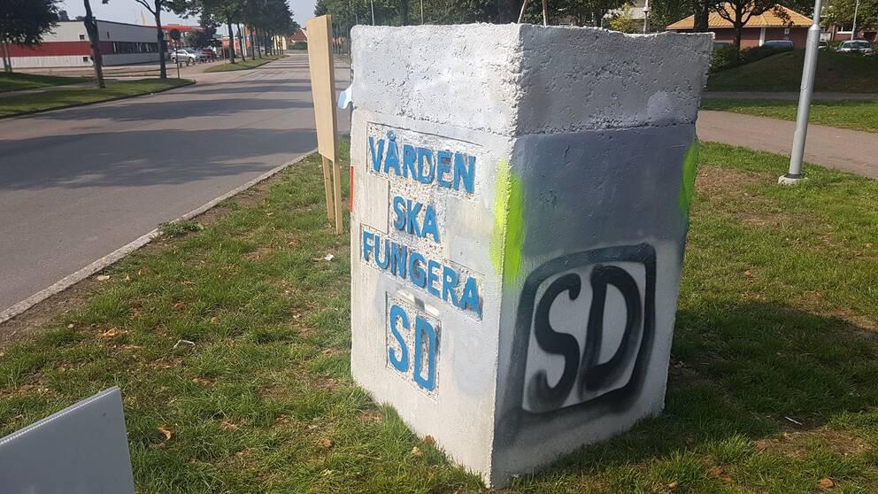 SD:s vandaliserade betong-affischer på Andersberg, Halmstad.