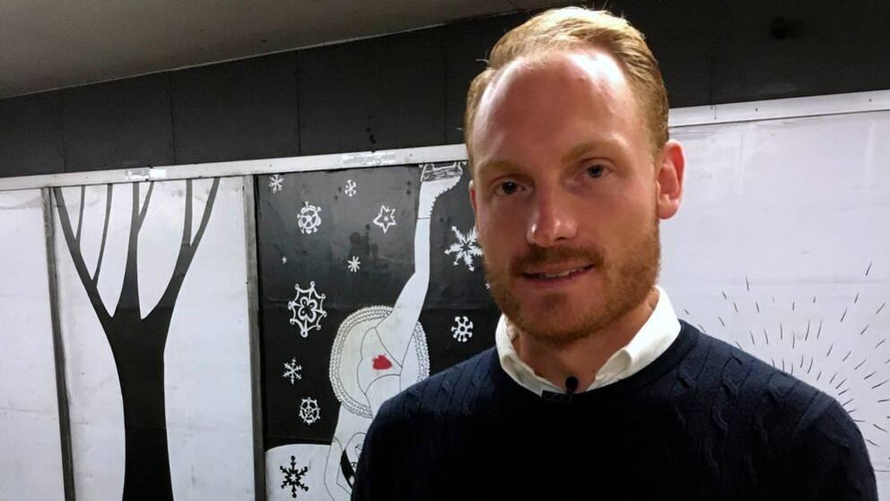 SD:s kulturpolitiska talesperson Aron Emilsson står på en perrong i Slussens tunnelbana i Stockholm.