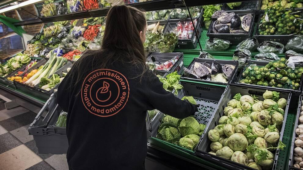 Stadsmissionen driver en butik med överbliven mat där människor med låga inkomster får handla billig mat.