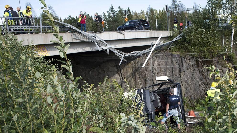 Fyra personer omkom på fredagen då en buss störtade tio meter från en vägbro ned på ett järnvägsspår söder om staden Kuopio i östra Finland.