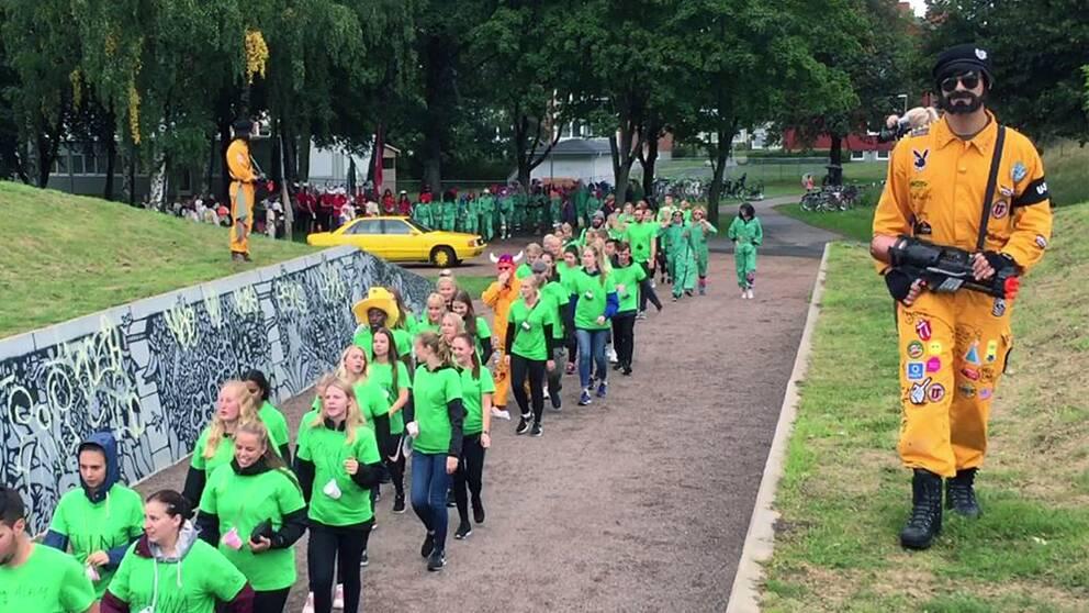 Här tågar de nya studenterna mot årets nollning i Halmstad