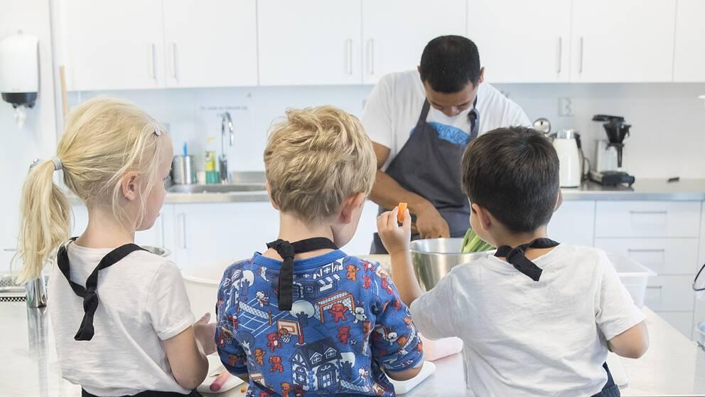 Barn lagar mat.