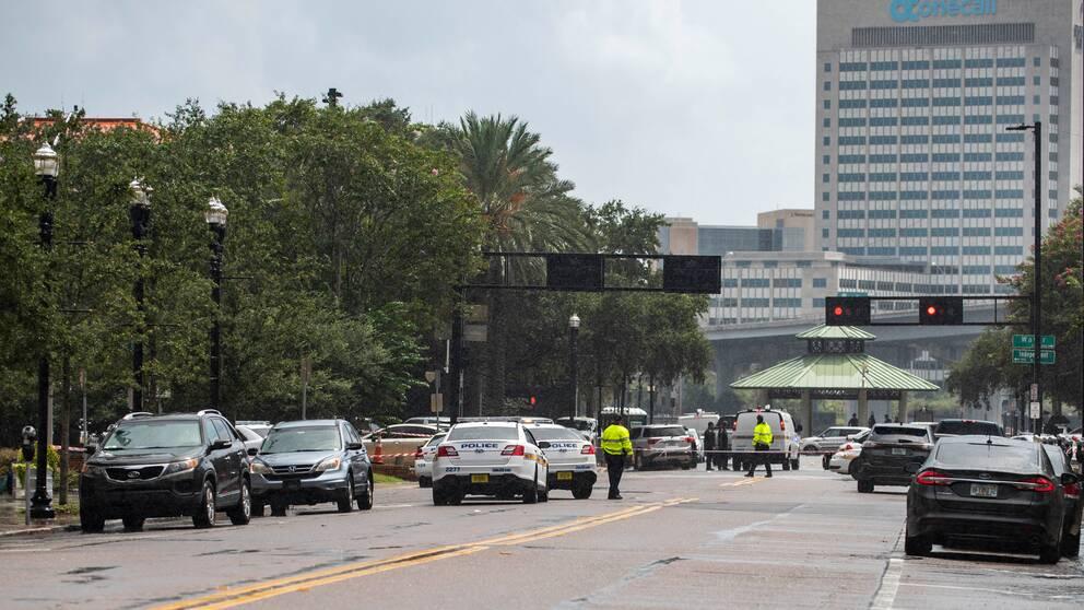 Polisens avspärrningar utanför köpcentret i Jacksonville.