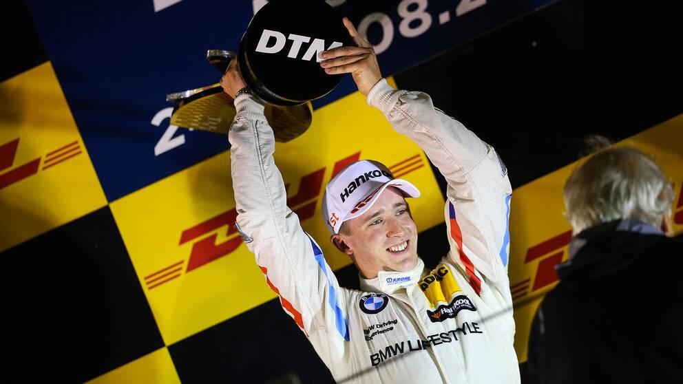 Joel Eriksson firar segern i Italien.
