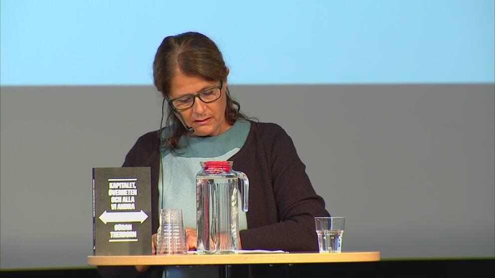 Ester Pollack, docent i journalistik, presenterar sin forskning.
