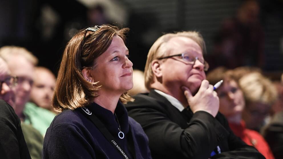 Marinette Nyh Radebo sitter i en publik.