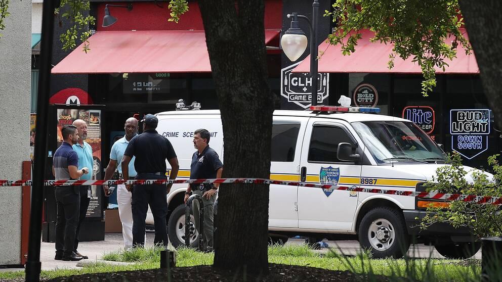 Poliser utanför baren där e-sporttävlingen pågick då 24-åringen började skjuta.