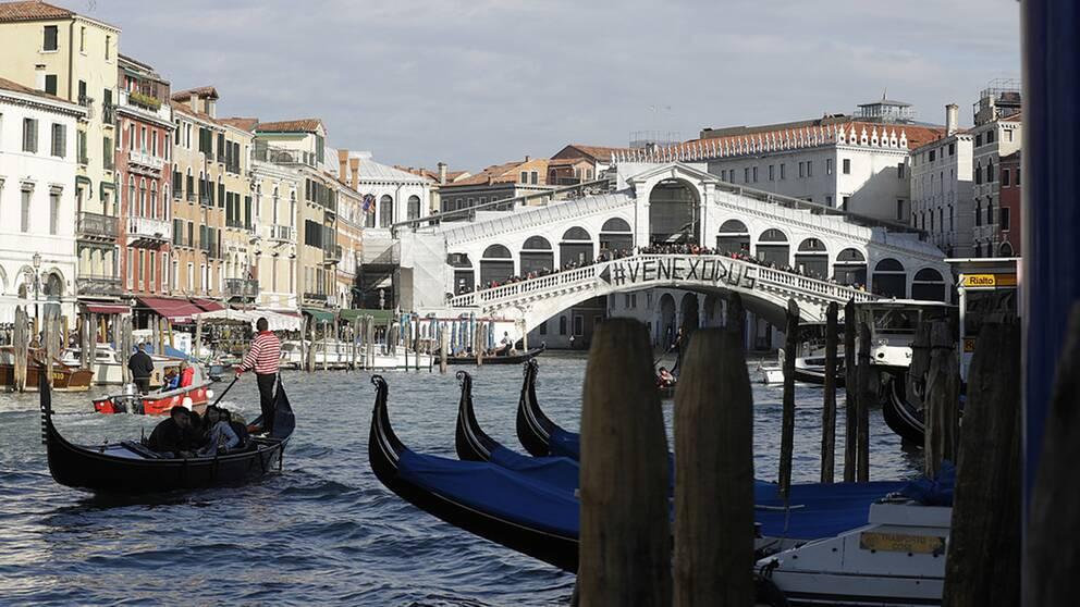 I Venedig har invånarna protesterat mot att allt fler lämnar staden på grund av de många turisterna.