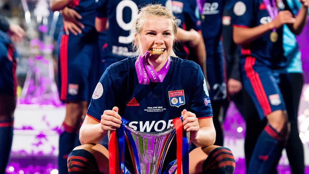 Lyons Ada Hegerberg med Champions League-bucklan i maj.