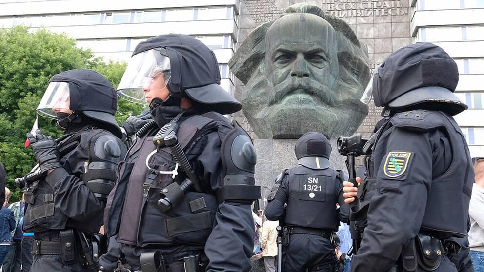 Polisen får kritik för att ha tappat kontrollen över våldsamma kravaller i centrum av staden Chemnitz där en staty av Karl Marx står kvar sedan DDR-tiden.