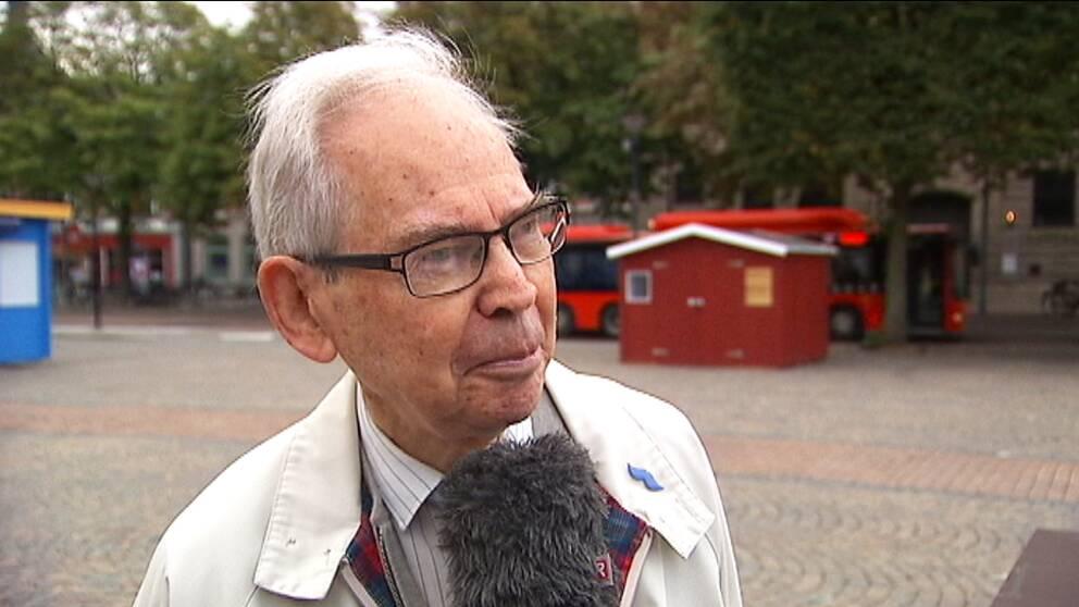 Ulf Månsson, som står på partiets listor till kommunfullmäktige i Karlstad, anklagar den lokala partiledningen för att bryta mot stadgarna