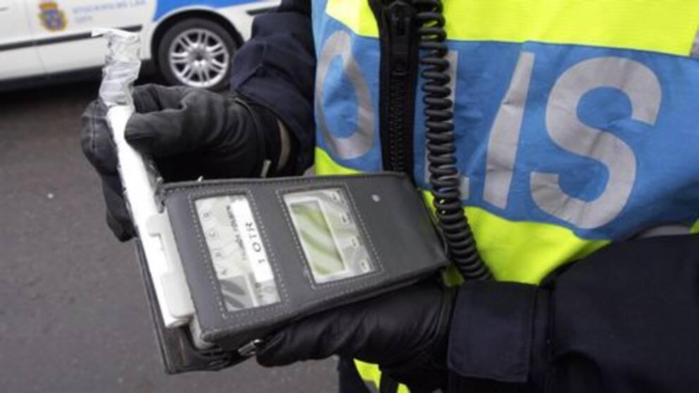 polis med alkometer