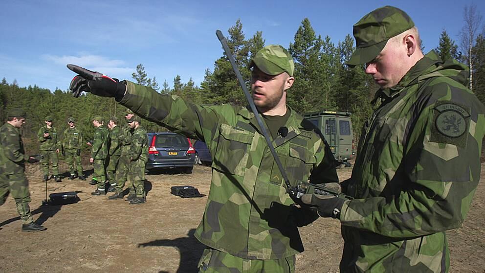 Soldater i Eksjö på övning. Besparingar gör att de ibland inte har ammunition.