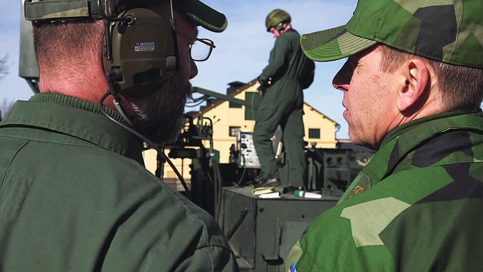 Militärer i Eksjö under en övning. Bristen på pengar gör att det ibland saknas ammunition, berättar de i Agendas reportage.