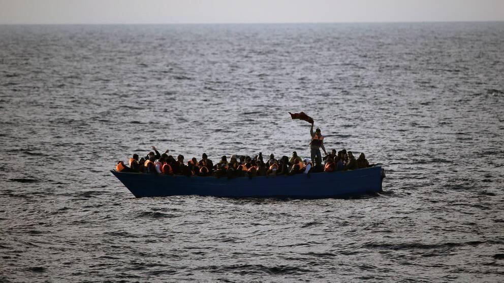 Migranter och flyktingar på en båt i Medelhavet.