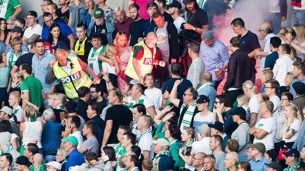 En brinnande bengal kastades mot sittplatsläktaren innan derbyt mellan Djurgården och Hammarby.