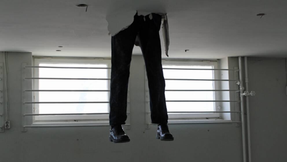 De sprattlande benen var en av de första installationerna som mötte folket i lokalen.