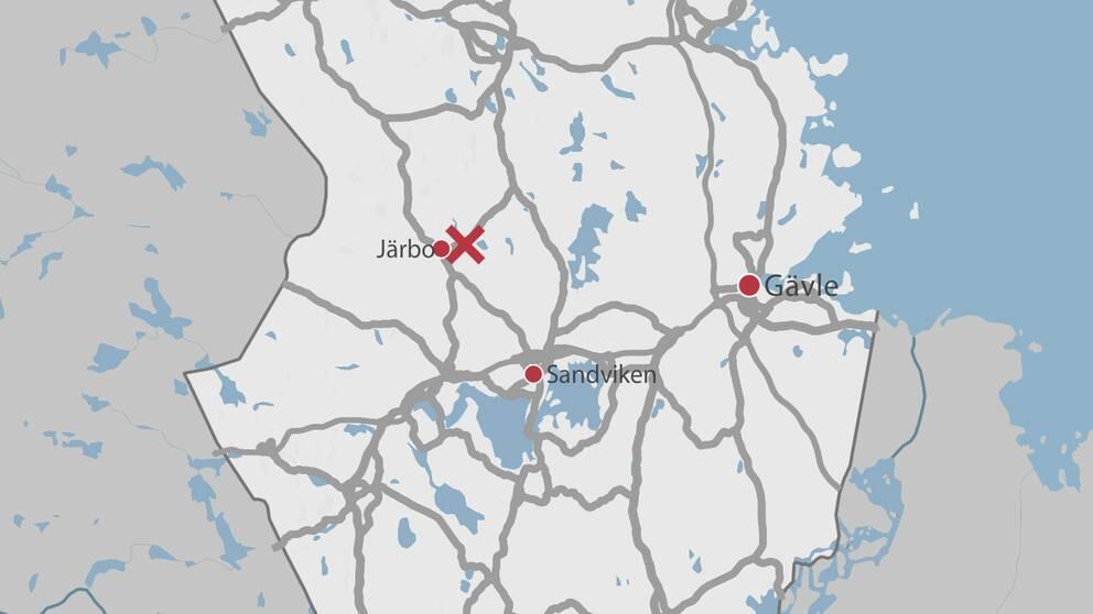 En karta över delar av Gävleborg är olycksplatsen är markerad med ett rött kryss.