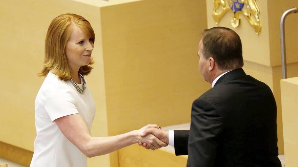 Centerns partiledare Annie Lööf (C) och statsminister Stefan Löfven (S) tackar varandra under partiledardebatten.