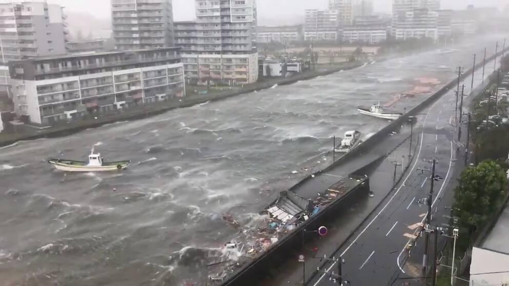 """Kraftig orkanen """"Jebi"""" på väg in över Japan."""