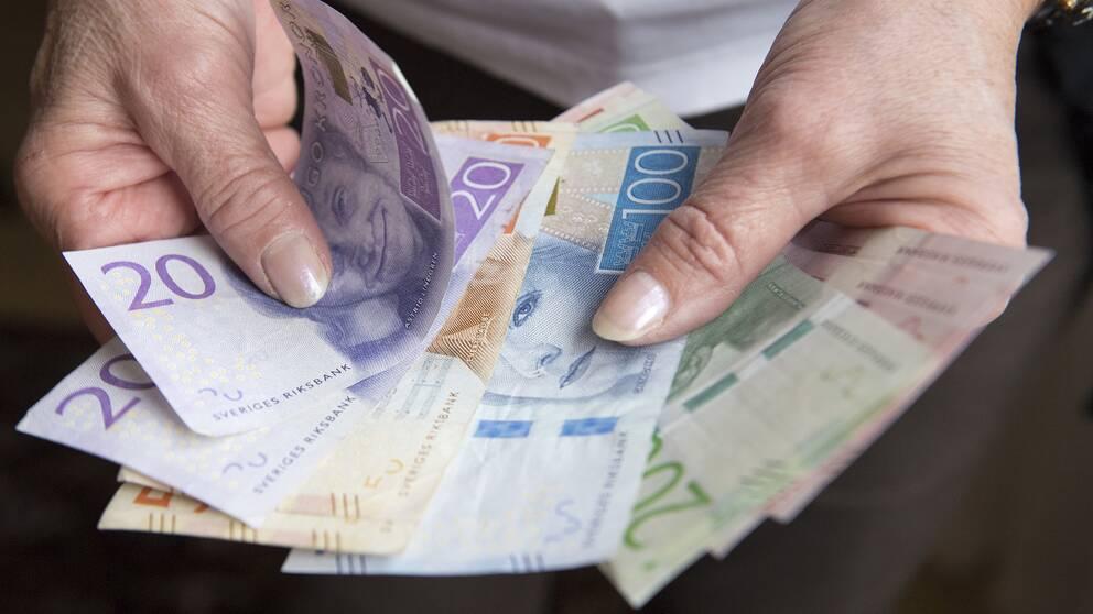 Pensionär med sedlar.