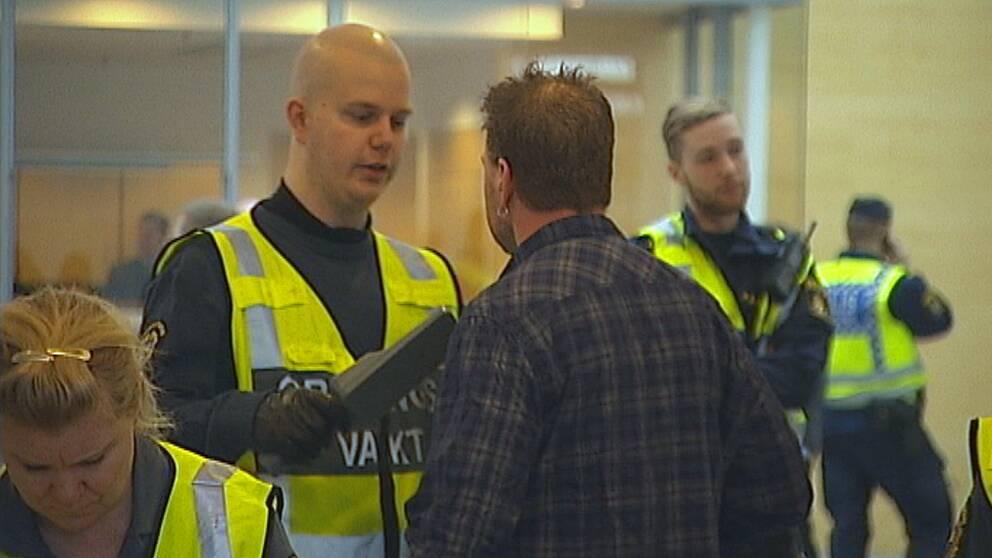 Åhörare visiteras av polis