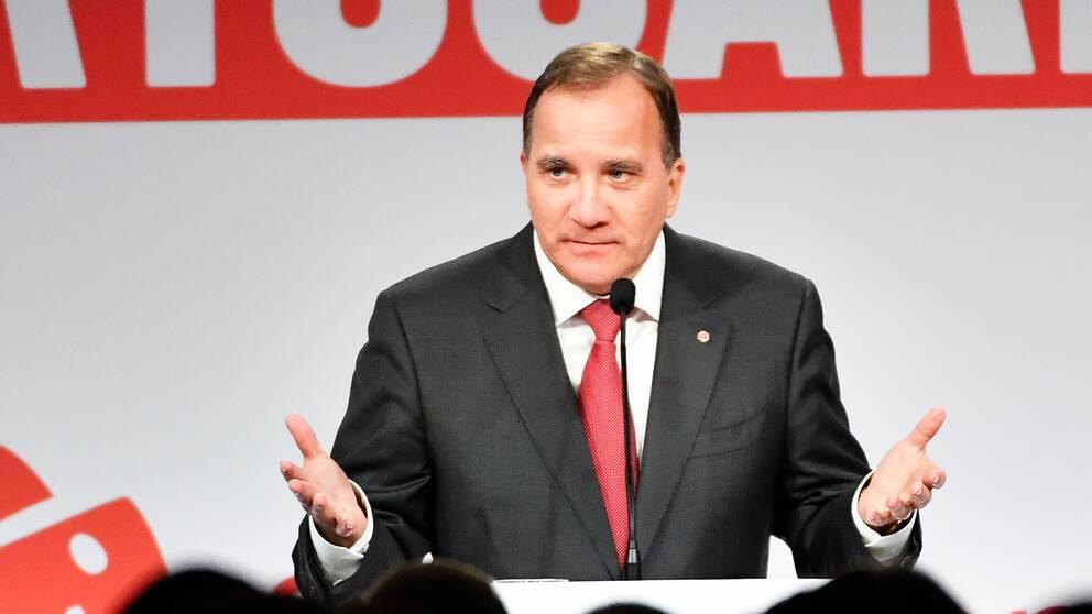 """""""Jag kommer att verka med lugn, som statsminister"""", säger Löfven inför de jublande partianhängarna på valvakan."""