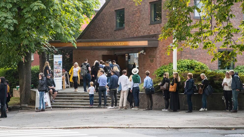 Människor står i kö utanför Sveriges ambassad i Oslo för att förtidsrösta.