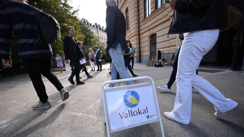 Väljare utanför vallokal på Södermalm i Stockholm 2018