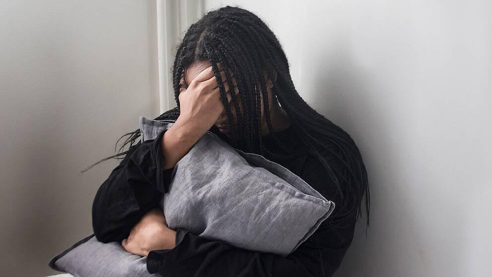 En kvinna ser nedstämd ut.