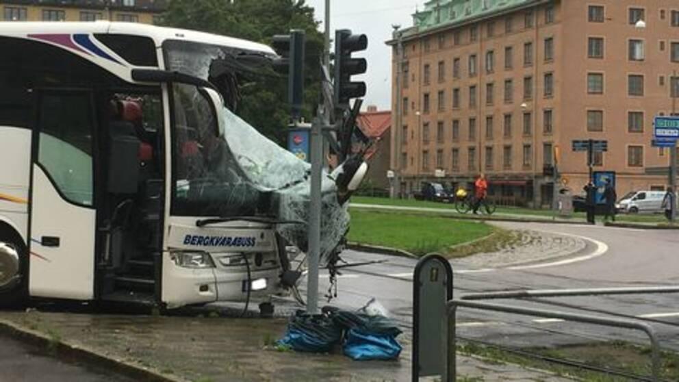 En bild på en buss med krossad ruta.