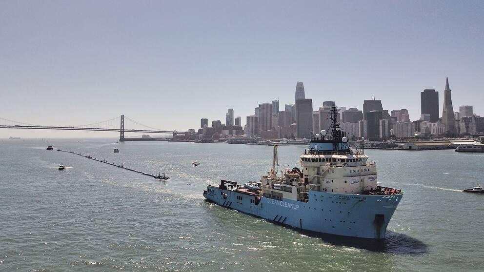 Den 600 meter lång barriär som ska samla ihop plastskräp i Stilla havet är nu på väg från San Fransisco för att placeras ut mellan USA:s västkust och Hawaii.