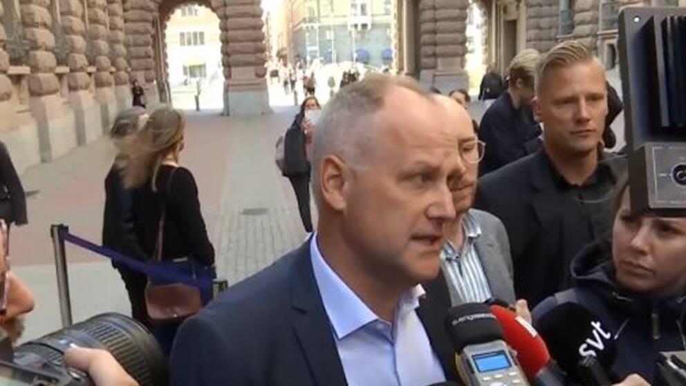 Vänterpartiets partiledare Jonas Sjöstedt håller pressträff.