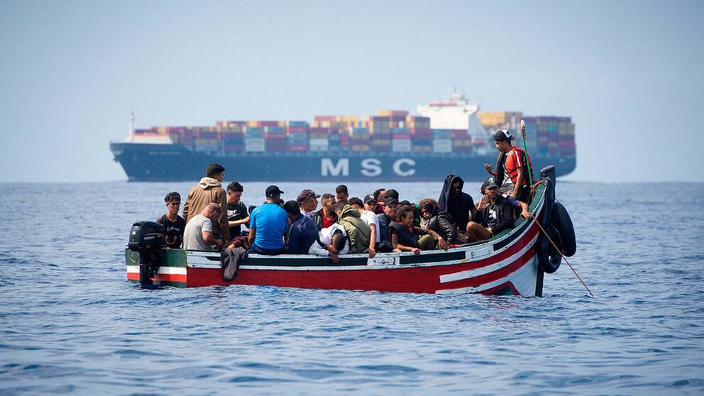 Sedan Italien stängt sina hamnar försöker allt fler migranter och flyktingar ta sig till Spanien.