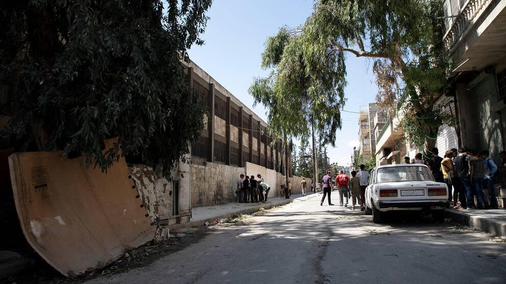 En gata i centrala Aleppo där en raket slog ned.