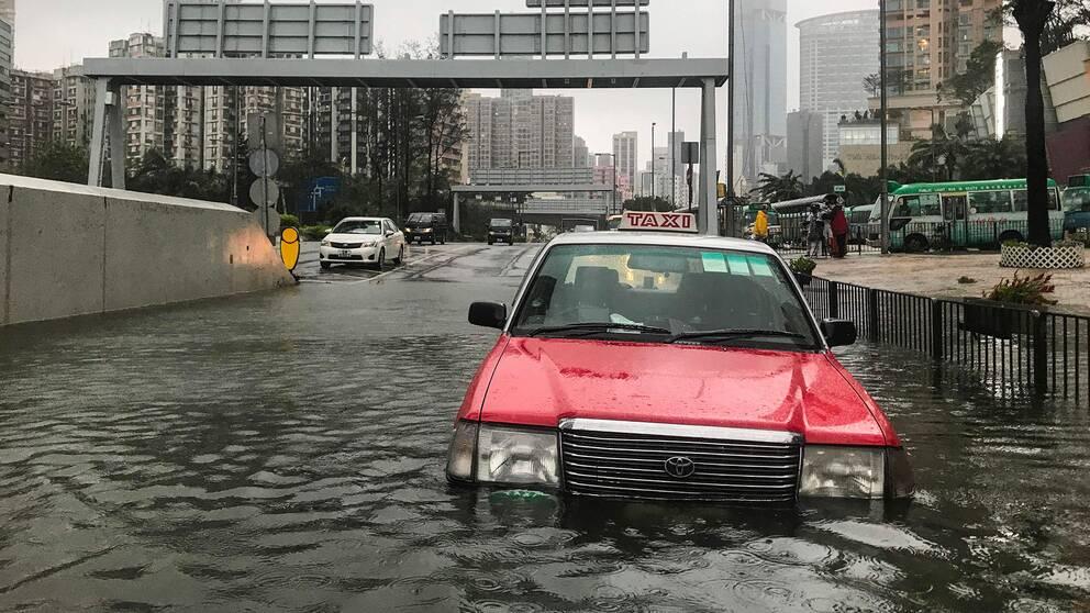 Tusentals strandsatta efter oversvamningar i johns spar