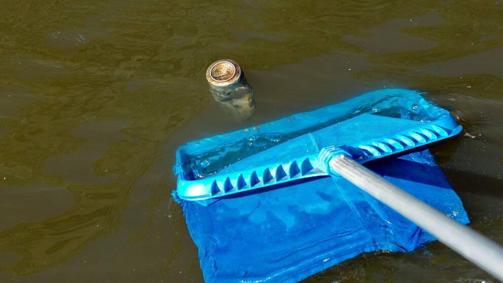 Plastpåsar, burkar och pappersförpackningar är det vanligaste skräpet längs våra älvar