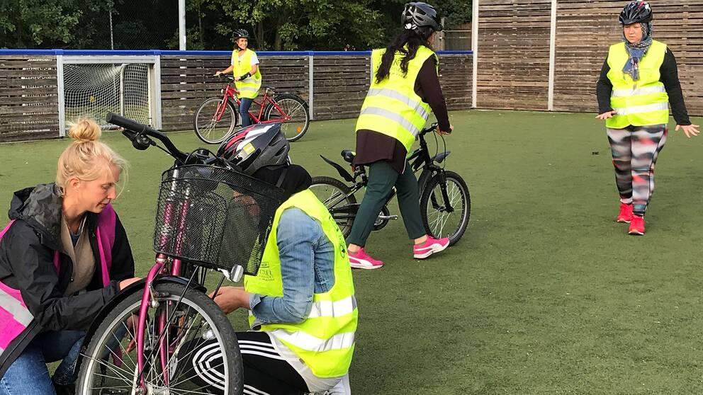 Under måndagskvällen samlades flera kvinnor som ville lära sig cykla.