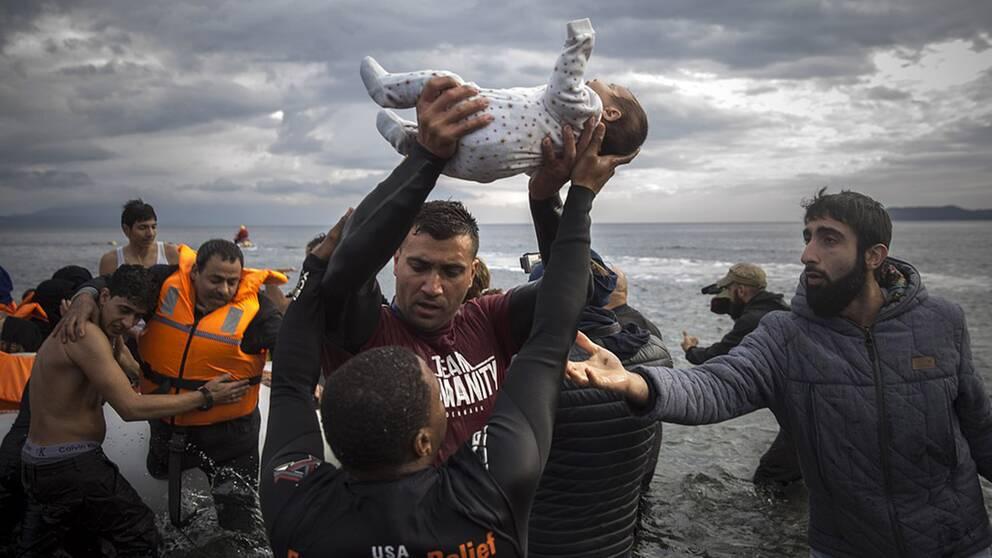 De här människorna kom fram till den grekiska ön Lesbos i november 2015 med hjälp av en gummibåt.