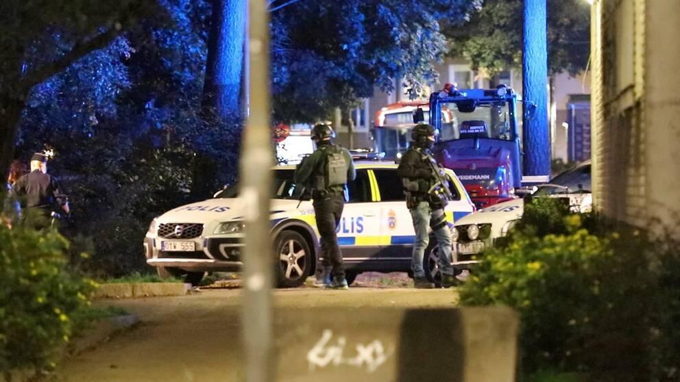 Tungt beväpnade poliser i Bagarmossen efter skottlossningen.