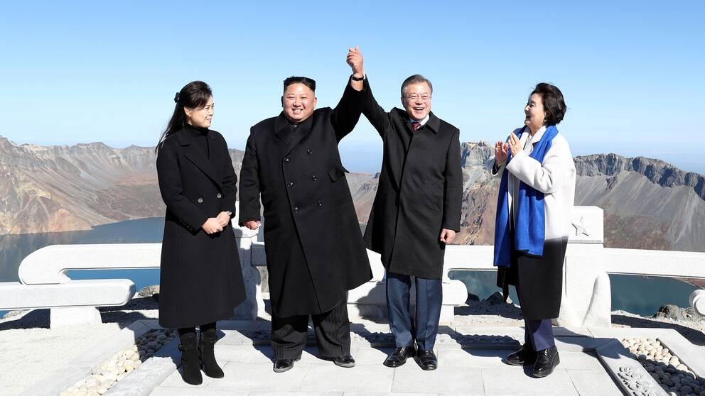 Nordkoreas ledare Kim Jong-un och Sydkoreas president Moon Jae-in tillsammans med sina fruar.