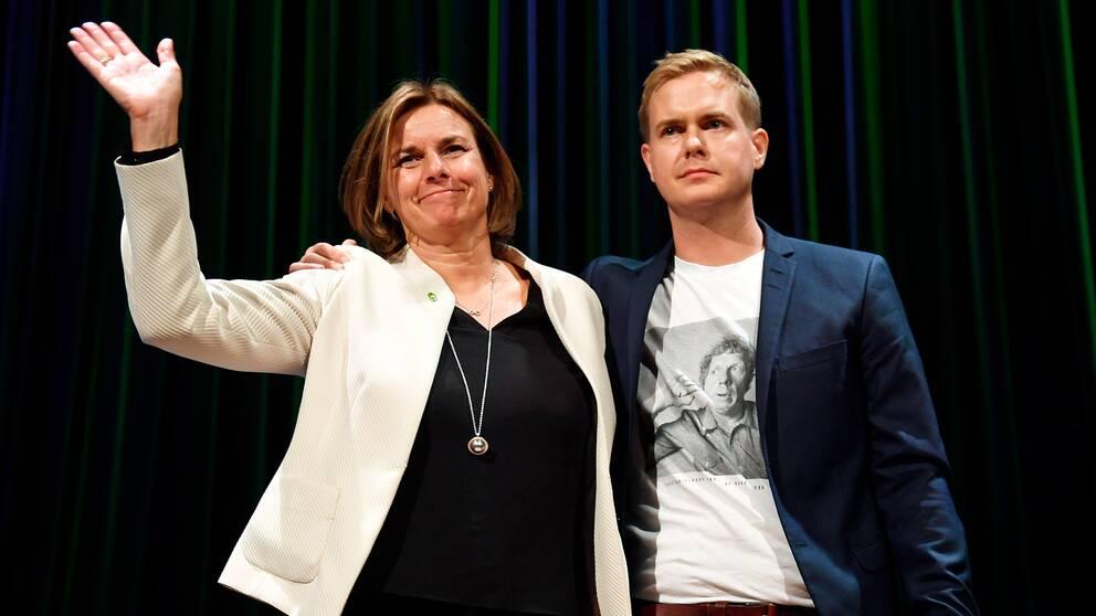 En kvinna och en man på scen.