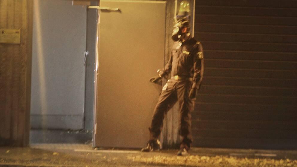 Polisen utanför det garage i polishuset i Gävle där tårgasattacken ägde rum, natten mot lördag.
