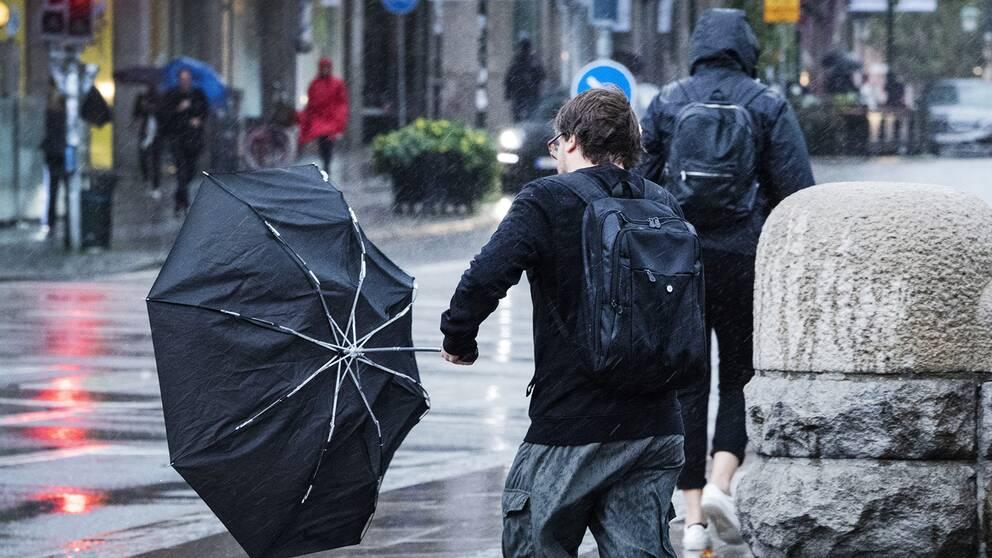 Paraplyproblem i utanför Centralstationen i Malmö då stormen Knud anlände på fredagseftermiddagen. SMHI har utfärdat klass 1 varningar för södra Sverige på grund av stormen Knud.